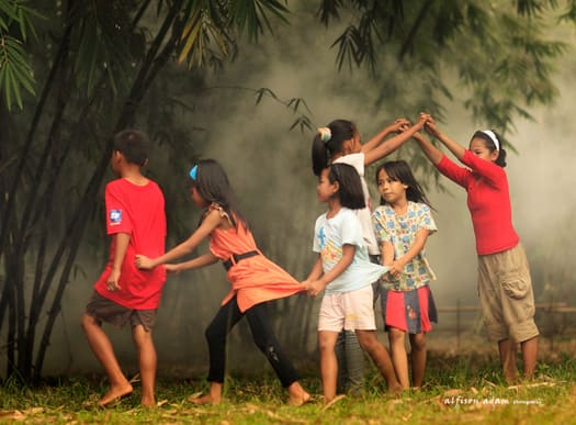 Keceriaan anak-anak zaman dahulu saat permainan tradisional indonesia ular naga dimainkan